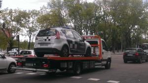 Grúa se lleva coche de Policía
