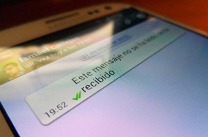 Un juez acepta un double check en WhatsApp como prueba