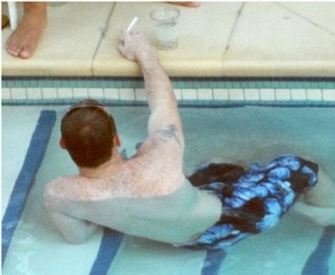 Rooney intenta que no se le moje el piti
