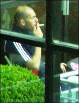 Zidane soplando por una pajita
