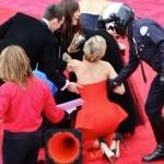 Jennifer Lawrence se cae porque no tiene meñiques