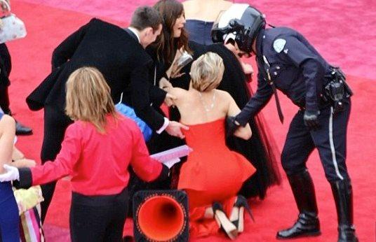 Jennifer Lawrence se cae Oscar 2014