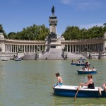 Una carpa del Retiro engulle una barca con tres guiris
