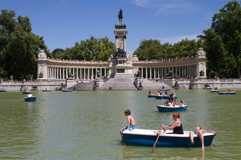 Una carpa del retiro engulle una barca con tres guiris for Estanque de carpas