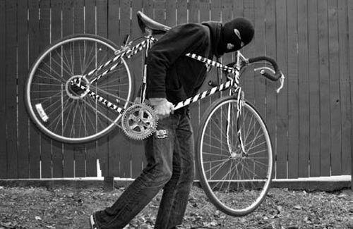 Los amigos de Aguirre cuidándole la bici a Manuela