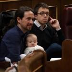 Carolina Bescansa amamanta a su bebé en el Congreso