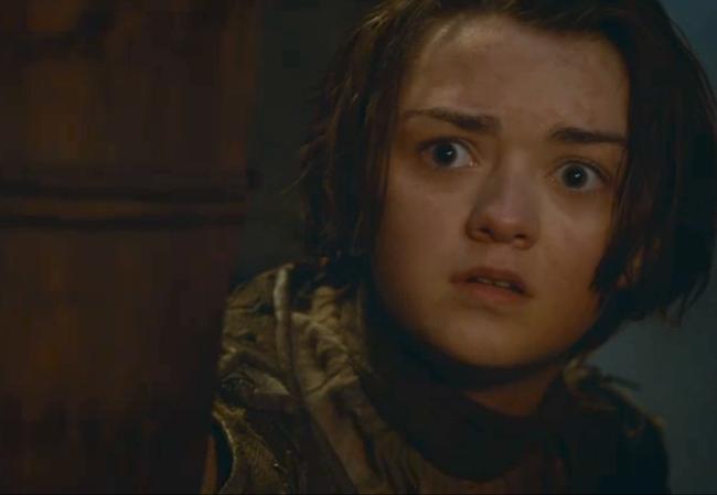 Arya Stark viendo a Khaleesi vestida
