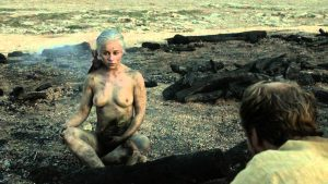 Emilia Clarke desnuda dragones