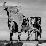Un grafitero de Podemos convierte un Toro de Osborne en el Guernika