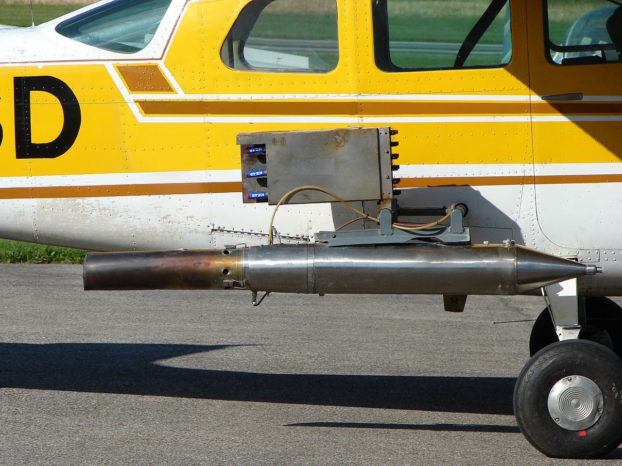 Cessna 210 equipado para la siembra de nubes (Fuente: Wikipedia)